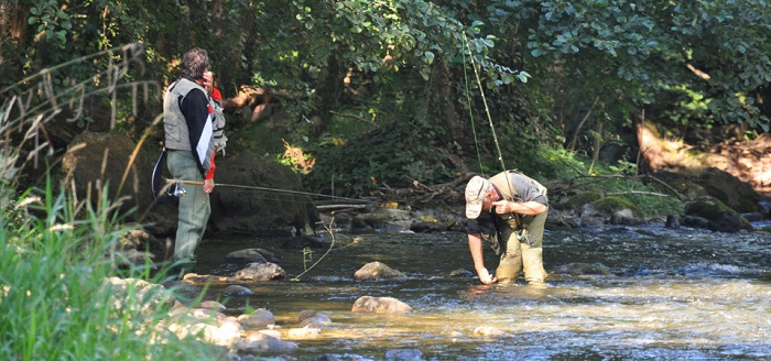 pêche en rivière au bord du camping le Moulin du Pont d'Aliès