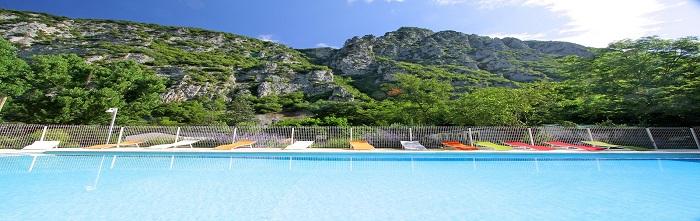 piscine au pied des montagnes